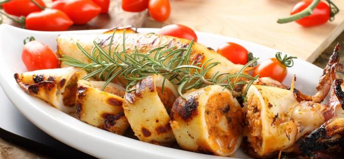 Συνταγή: Καλαμάρι γεμιστό με χωριάτικη σαλάτα!